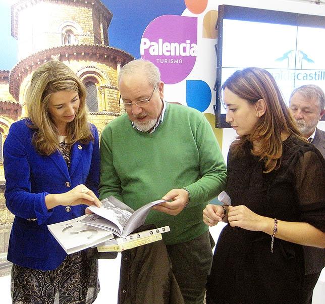 El presidente de la CHD y la consejera de Turismo ojean el libro del Canal. dp
