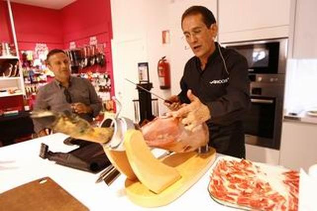 José López, en la demostración culinaria que llevó cabo en la tienda de Arcos Hogar.  Rubén Serrrallé