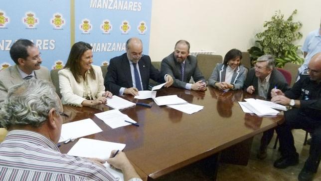 Firma del convenio marco del Ayuntamiento de Manzanares /LT