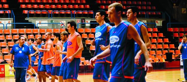 Los jugadores de Autocid Ford siguen los pasos que marca el entrenador Andreu Casadevall en El Plantío.  DB/Alberto Rodrigo
