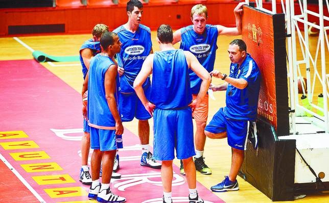 Andreu Casadevall, junto a un posible quinteto titular durante un entrenamiento. DB/Alberto Rodrigo