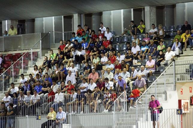 Aficionados en la grada del estadio de la Ciudad Deportiva Sur /Fotos Tomás Fernández