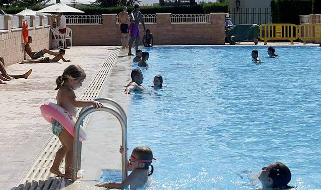 Las piscinas un oasis para abulenses diario de vila for Piscina municipal avila