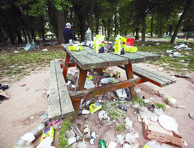 Botellas, tetrabriks, platos, latas, de todo, tirado por el suelo. DB/Tomás Alonso