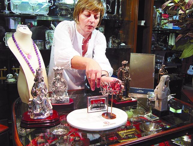 En Joyería Rica venden pulseras de plata o de cuero del Mirandés, además de las imágenes de la Virgen o el león.   R.L.