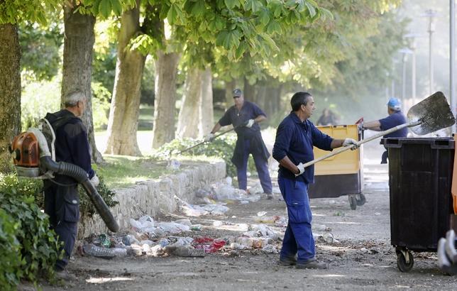 Operarios municipales limpiando en Las Moreras.