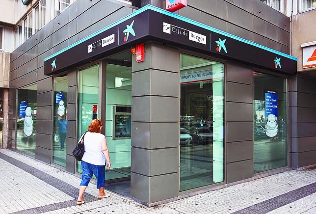 banca c vica oblig a 42 empleados locales a entrar en el