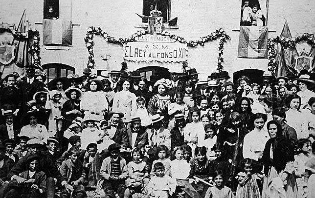Los pueblos por los que discurría el trazado de los 'Secundarios de Castilla' organizaron un gran recibimiento al monarca el día de la inauguración del ferrocarril.  DP