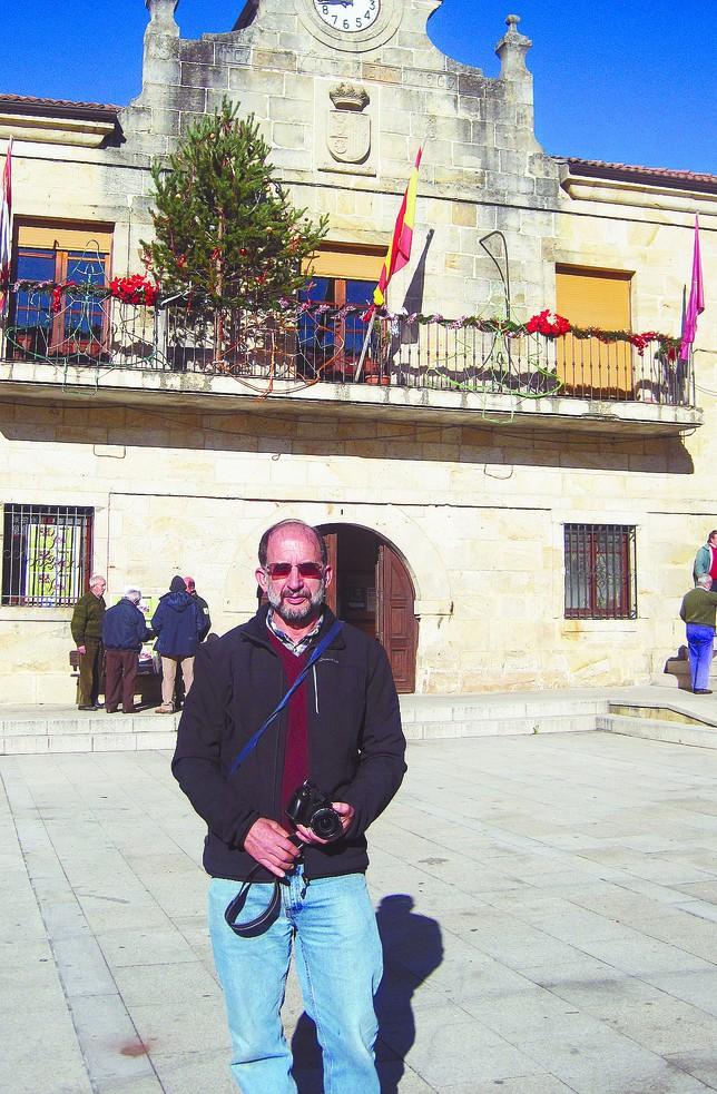 Jesús Cámara en la localidad de Canicosa de la Sierra, donde ejerce de profesor desde hace 33 años. Azúa