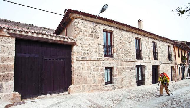 Los responsables del plan de rehabilitación integral ponen esta casa de la calle Real como ejemplo del antes y el después que se está viviendo en Castrojeriz. Luis López Araico