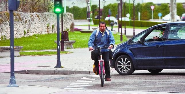 Los ciclistas piden el sem foro rojo para coches en los - Muebles evelio burgos ...