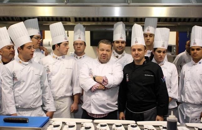 Alberto chicote hace una defensa de los cocineros que - Trabajo de ayudante de cocina para colegios ...