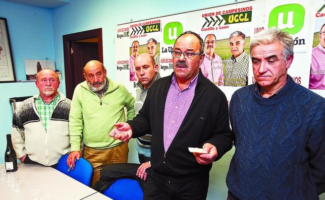 José Manuel de las Heras, en el centro, acompañado ayer de otros miembros de la candidatura de UCCLy del presidente provincial, Félix Arribas.  DB/Luis López Araico