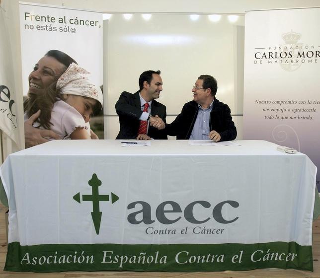 Firma entre la Fundación Carlos Moro y la AECC. El Dïa