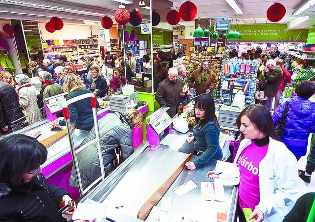 Actividad en los cajeros de un supermercado de El Árbol de la ciudad de Burgos.  Ángel Ayala