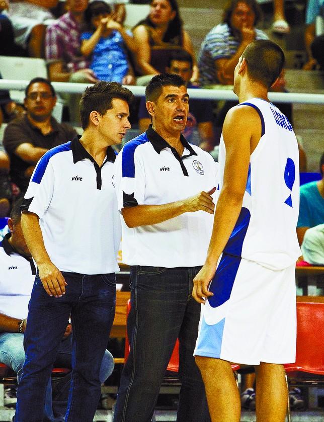 Rubén Perelló (i) escucha las explicaciones de Berrocal al jugador Alex Llorca. Información de Alicante