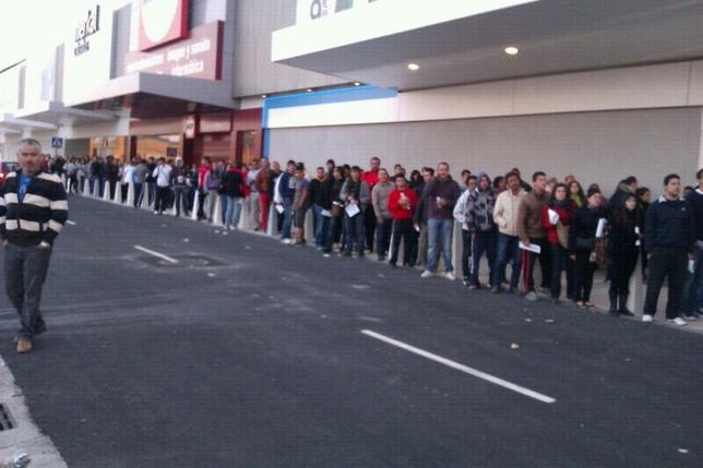 Grandes colas en la inauguraci n de r o shopping el d a for Autobus rio shopping valladolid