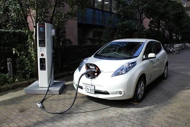 Recarga de un coche eléctrico. El Día de Valladolid