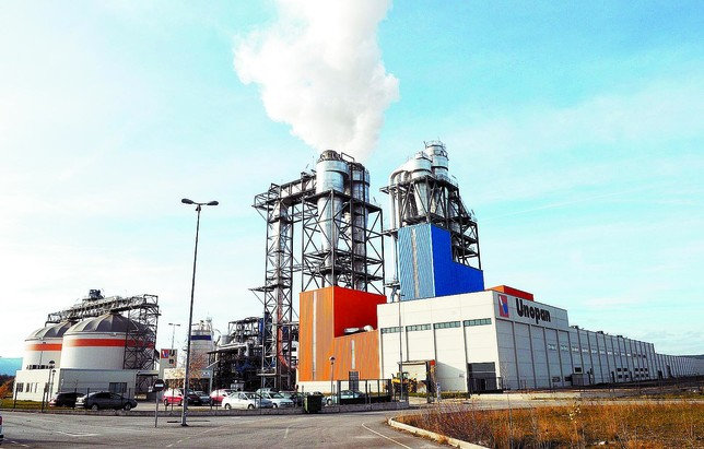 La chimenea de la fábrica echando humo, signo evidente de que la producción ha vuelto a la fábrica tras cuatro meses parada. Azúa