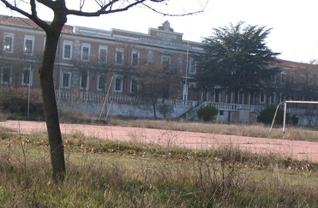 El Cuartel Marqués de la Ensenada es propiedad del Ministerio de Defensa y, de momento, se encuentra estancado en un estado de abandono.