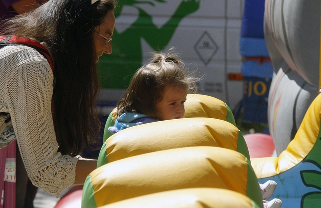 Una niña en los hinchables de Cantarranas.
