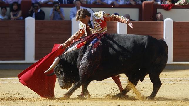 Julián López, 'El Juli', con su primero, al que le cortó una oreja.