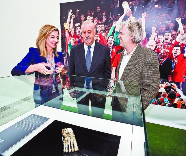 Vicente del Bosque se mostró «orgulloso» de la distinción (c). En la imagen, junto a Alicia García, consejera de Cultura, y Arsuaga, director del MEH. Alberto Rodrigo