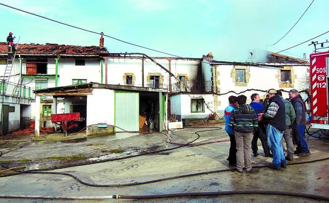El fuego se originó en la vivienda de los Cano Gómez, a la derecha, y se propagó a la de los Sainz Maza. A.C.
