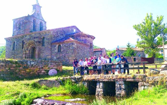 BRAÑOSERA SALCEDILLO. En un enclave natural, privilegiado y con el templo románico de San Martín Obispo como fondo, los vecinos de Salcedillo disfrutan del verano junto al agua.