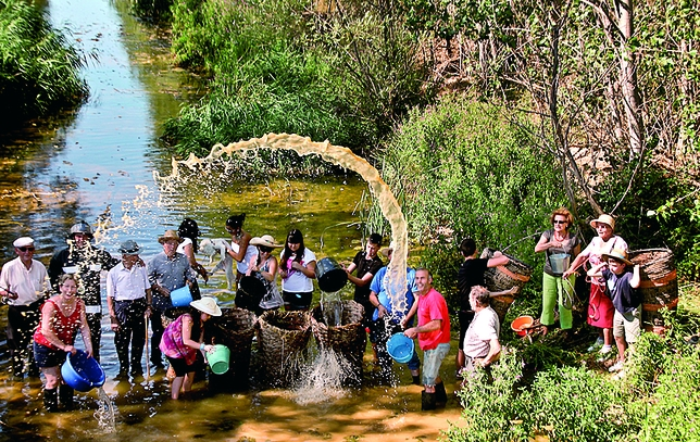 ROBLADILLO DE UCIEZA: Los vecinos de Robladillo de Ucieza aprovechan el buen caudal del río debido a las lluvias de este año para recoger agua en previsión de futuras sequías.