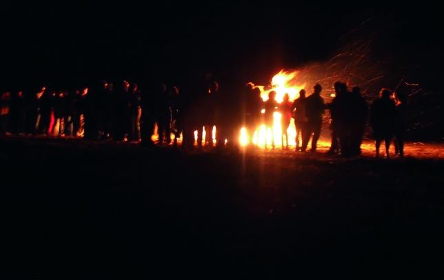 VILLATOQUITE: El pueblo entero de Villatoquite despidió sus fiestas de San Bartolomé 2013 en torno a la tradicional hoguera, un evento que une y hermana a los vecinos.