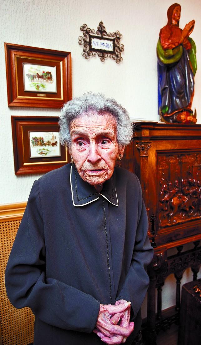 Adelaida, a punto de cumplir 111 años, se niega a sonreir para la foto. Cree que «reirse sin fundamento» es de bobos. Luis López Araico