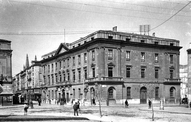 Exterior de la Diputación con el edificio del hotel España aún sin construir.  Archivo de la Diputación Provincial