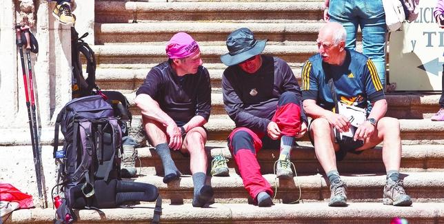 Un grupo de peregrinos descansa en las escaleras de la Catedral, uno de los atractivos que cautiva a viajeros extranjeros y nacionales. Patricia González