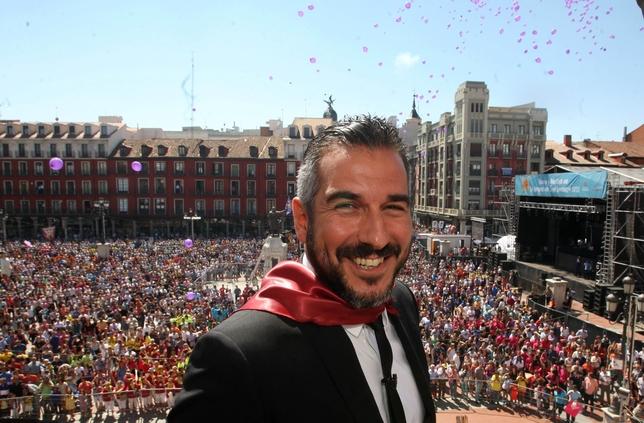 Óscar de Rivera abre las fiestas de 2013 con su pregón en la Plaza Mayor.