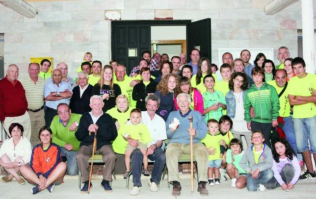 OLMOS DE OJEDA: Los más veteranos de Olmos de Pisuerga, pero también los más jóvenes, se unieron para festejar un año más a San Agustín. En la fotografía posan todos con la alegría de la celebración. M.Rodríguez