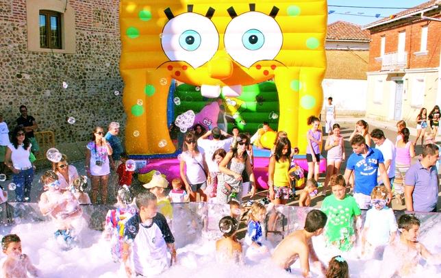 AYUELA DE VALDAVIA: Pocas cosas hay tan entretenidas en verano como una fiesta de la espuma, en la que los más jóvenes no sólo se refrescan, sino que además se divierten. En Ayuela lo saben y lo practican.