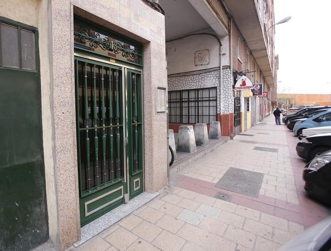 Los hechos ocurrieron en la madrugada del sábado al domingo, en el 13 de la calle Covadonga, en Las Batallas. J. Tajes