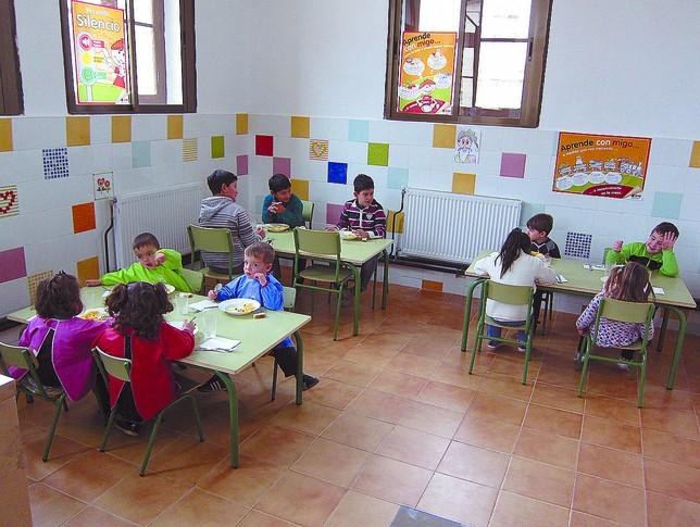 Los doce alumnos que se quedan a comer en el colegio se agrupan en las mesas en función de su edad. DB