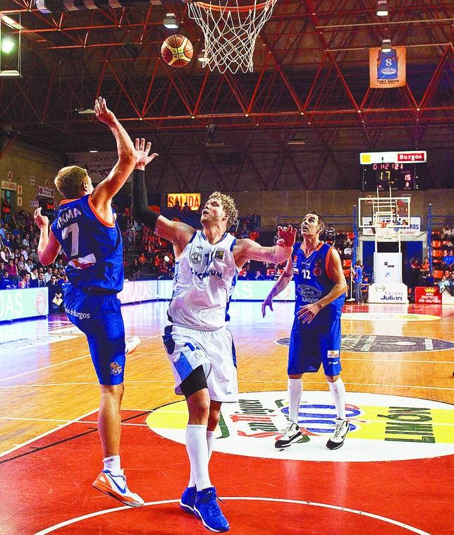 Taylor Coppenrath, con la camiseta de Alicante, disputa un balón con Lucas Sikma en El Plantío. Ángel Ayala