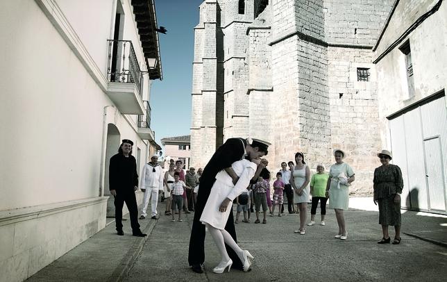 SAN CEBRIÁN DE CAMPOS: Como en la mítica foto que simbolizó el final de la Segunda Guerra Mundial, los 'pinchorreros' deseamos celebrar con un beso el final de la despoblación, crisis, fuga de cerebros, etc., de esta época.