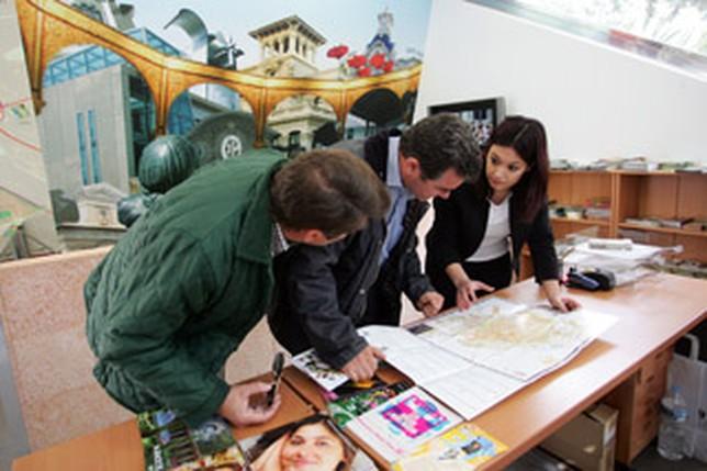 Ayuntamiento y hosteleros abren la nueva oficina de for Oficina de turismo albacete