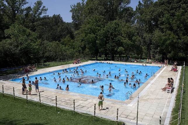 Imagen de niños disfrutando de la piscina de Venero Claro. Fundación Caja de Ávila
