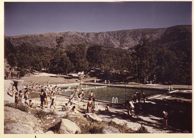 Imagen de niños disfrutando de la piscina de Venero Claro en uno de los primeros campamentos que se organizaron. Fundación Caja de Ávila