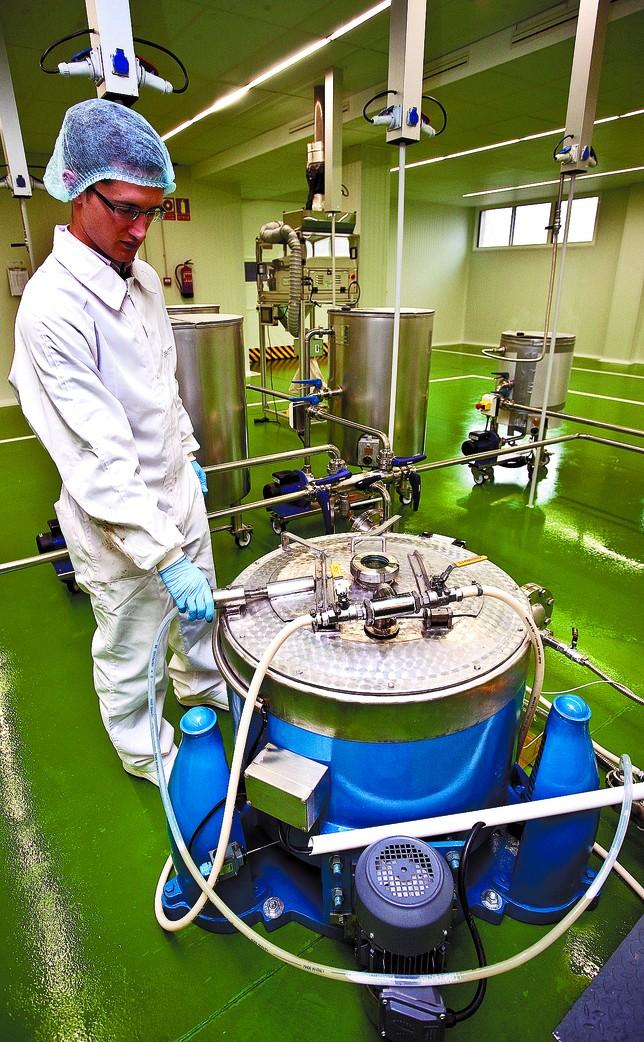 Un empleado de Naturae controla el proceso de producción de la molécula. Luis López Araico