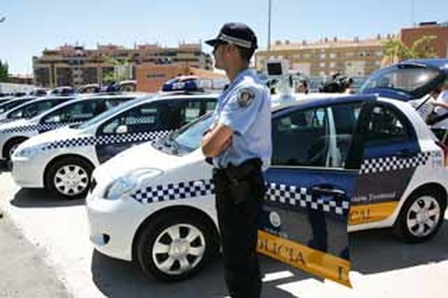 Imagen de archivo de un agente de la Policía Local junto a varios vehículos aparcados. R.S.
