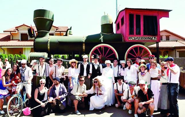 HERRERA DE PISUERGA: La 'Peña Garigolo' participó en el desfile del cangrejo de este año con el tren de vapor 'Orient Express'. Iban ataviados al estilo de la Revolución Industrial (época victoriana). foto:Carlos Valcarce fotógrafos
