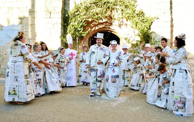 QUINTANA DEL PUENTE: ¿Quién dijo que una boda ha de ser cara y ostentosa? En Quintana del Puente han querido demostrar que se puede ir de lo más elegante y estar a la última con estos trajes 'de prensa'.