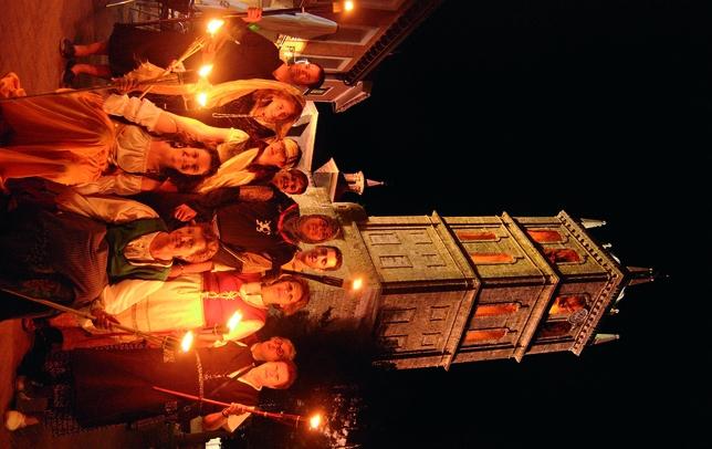 DUEÑAS: La 'Asociación Amigos del Patrimonio de Dueñas' organizó el 6 de julio el paseo histórico nocturno 'Dueñas y su misterio'. Vestidos para la ocasión y a la luz de las antorchas, se trasladaron al 1500.