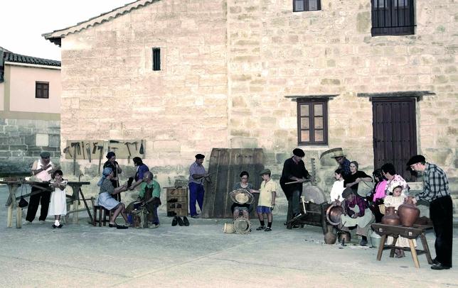 ALBA DE CERRATO: En Alba de Cerrato disponen de todas las comodidades y adelantos del siglo XXI, pero han querido retroceder a la primera mitad del siglo pasado para recrear una estampa rural de la época.